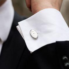 Butonii de camasa ovali sunt acele accesorii elegante pe care un mire stilat ii poate asocia costumului sau de nunta. Acestia se poarta la camasile prevazute cu manseta de butoni si se fixeaza cu o cheita reglabila. Butonii de camasa ovali au culoare argintie si model romb. Frumoasele accesorii nunta sunt realizate din inox. Butonii de camasa argintii sunt accesoriile perfecte pentru barbati eleganti si constituie o alegere foarte buna pentru un cadou nunta. Produsul este ambalat in cutiuta… Cufflinks, Model, Costume, Fashion, Moda, Fashion Styles, Scale Model, Costumes