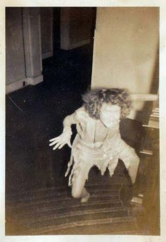 Vintage Halloween creepy ghoulish woman climbs stairs scaring everyone off the floor and out of the house. Creepy Old Photos, Creepy Images, Creepy Pictures, Haunting Photos, Real Ghost Pictures, Arte Horror, Horror Art, Diy Halloween Decorations, Halloween Diy