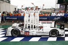 005_Porsche_winning_team_Le_Mans_2015