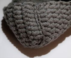 Schnell gehäkelte, warme Haussocken für gemütliche Stunden zu Hause.   Material: Häkelgarn 55% Polyacryl, 45% Baumwolle 50g ~ 78 m Häkelnadel Nr.4 Nähnadel Maßband Abk&