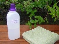 adoussissant  1 bidon vide 500 ml de bicarbonate de soude 500 ml de vinaigre blanc 1l d'eau minéral ou distillée 20 gouttes d'huile essentielle de lavande (vous pouvez aussi utiliser les huiles essentielles suivante : thé trea, citron) Comment faire? Verser tout les ingrédients dans un bidon à l'aide d'un entonnoir et bien secouer. Laisser reposer pendant 24 heures. Secouer avant chaque utilisation. Il faut verser l'équivalent d'un verre de moutarde par lessive.