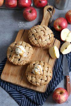 Mini Caramel Apple Pies © Bake to the roots Mini Caramel Apples, Caramel Pie, Mini Apple Pies, Mini Pies, Apple Dessert Recipes, Baking Desserts, No Bake Pies, Fall Recipes, Snacks