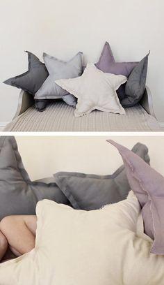 Una buena cama siempre tiene cojines grandes y diferentes que den un toque especial a la habitación.Después del post del otro día de ideas de camas y cabeceros, hoy os paso propuestas de cojines para que podaís coger ideas.Yo tengo en la habitación de los niños cojines de estrella grises…