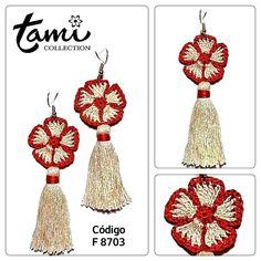 Flores y borlas Crochet Jewelry Patterns, Crochet Earrings Pattern, Crochet Accessories, Fabric Jewelry, Diy Jewelry, Jewelry Sets, Clay Earrings, Drop Earrings, Earring Crafts