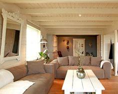 un salon plein de douceur - <3 les lambris et poutres du plafond peints en blanc
