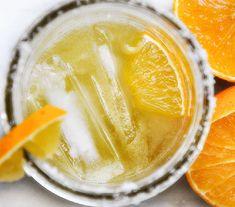 Margarita all'arancia: perfetto come aperitivo ma ottimo anche nel dopocena per rinfrescarsi la bocca dal cibo piccante e grasso. Un cocktail che si può consumare in ogni occasione. Con la sua coppa orlata di sale ecco qui una versione più particolare del famoso cocktail Margarita.