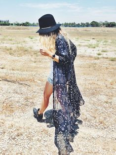 The boho look owes much to the hippie style that was developed in the middle to late Fashion pundits the world over. Hippie Style, Look Hippie Chic, Boho Chic, Look Boho, Bohemian Style, Bohemian Kimono, Bohemian Lifestyle, Boho Gypsy, Look Festival