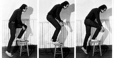 Vito Acconci, «Step Piece (document of the activity)», 1970,  tirage gélatino-argentique, 20,5 x 25,4cm. La photographie comme enregistrement de la performance, par l'un des précurseurs de l'art corporel. (Vito Acconci)