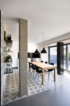 Stile urbano contemporaneo per un appartamento spagnolo - Coffee Break Interior Columns, Interior Design, Kitchen Interior, Kitchen Design, Ultra Modern Homes, Apartment Design, Kitchen Flooring, Beautiful Interiors, Dining Room Furniture