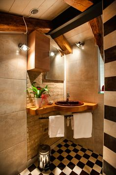 Bathroom: chessboard - black&white - brick - beams