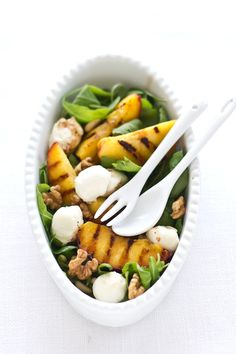 grilled peach and roquette salad that even i can make Grilled Peach Salad, Grilled Peaches, Food For Thought, Clean Eating, Healthy Eating, Vegetarian Recipes, Healthy Recipes, Appetizer Salads, Summer Salads