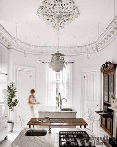 White Kitchen, high ceiling, chandelier in kitchen ELLE DECOR Interior Exterior, Kitchen Interior, Home Living, Living Spaces, Architecture Design, Beautiful Architecture, Beautiful Kitchens, Elle Decor, Interiores Design