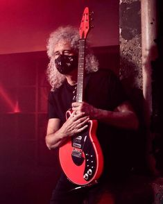 """Brian Harold May auf Instagram: """"Bri with the world's first """"World's Pinkest Pink💥"""" BMG guitar. Specially made by my guys for yesterday's video shoot. There's a reason…"""""""