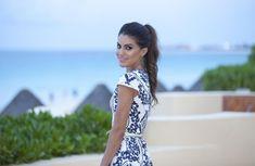 """Oi Vaidosas lindas! Ainda tem look de Cancun pra vocês (ô saudade desse paraíso viu! hehe). Na verdade esse foi o primeiro look """"noite"""" que usei por lá, para uma festa que teve no hotel mesmo. Escolhi um vestido estampado lindo, romântico e """"cool"""" ao mesmo tempo. Nos pés optei por uma sandália azul destacando..."""