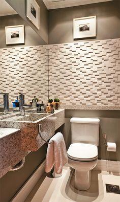 Três lavabos e seus revestimentos incrementados em paredes e bancadas - Casa