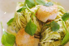 Vandaag maakt Jeroen wat chiquere dagelijkse kost. De fijne textuur van Sint-Jakobsnoten past perfect bij pasta met een warme pesto op basis van bloemkool en spinazie.