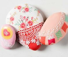 Promote random acts of kindness with beautiful painted rocks! Get inspired by these 10 projects. How will you decorate your rocks to be found? Rock Painting Patterns, Rock Painting Ideas Easy, Rock Painting Designs, Stone Crafts, Rock Crafts, Painted Rocks Craft, Painted Stones, Painted Bricks, Mod Podge Crafts