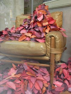 Anthropologie shop window display using dyed book pages cut into leaf shapes Window Display Design, Store Window Displays, Autumn Window Display Retail, Retail Displays, Retail Windows, Store Windows, Visual Merchandising, Anthropologie Display, Buch Design