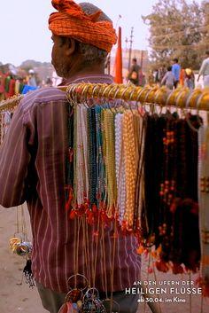 Indischer, hinduistischer Händler während ds KUMBH MELA (größtes religiöses Festival der Welt) 2013 in Allahabad. (Filmstill)