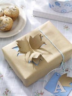 Auch mit schlichtem Packpapier und hellblauem Geschenkpapier lassen sich Päckchen ganz besonders verpacken.