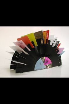 How to Recycle: Recycled Vinyl Record Crafts. Many old record crafts here. Vinyl Diy, Diy Vinyl Projects, Craft Projects, Dremel, Lps, Upcycled Crafts, Diy Crafts, Repurposed, Vinyl Record Crafts