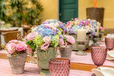 Carla Vidal elaborou uma decoração de casamento em lilás, azul e rosa em clima super romântico e delicado. Vem ver mais detalhes!