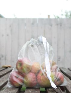 Maje Zmaje DIY: Reusable, eco friendly fruit and vegetable shopping bags (tutorial in pictures) Mesh Bags, Reusable Grocery Bags, Produce Bags, Shopping Bags, Zero Waste, Bag Storage, Eco Friendly, Stitching, Cool Designs