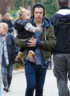 Harry styles and baby lux the only girl(besides him mom, gemma, and lou) that he should be with (oh yeah and me. Harry Styles Baby, Harry Styles Fotos, Harry Styles Mode, Harry Styles Pictures, Harry Styles Imagines, Harry Edward Styles, Harry And Lux, Baby Lux, Harry Styles Wallpaper