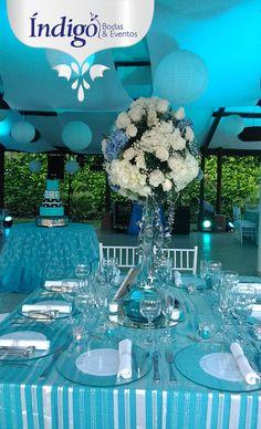 Boda Azul, Centro de mesa alto con hortensias, rosas, perlita y follaje. #BodaAzul #DecoraciónBoda #BodaÍndigo  http://www.indigobodasyeventos.com/