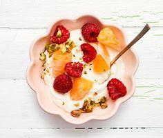 En vardagsvänlig dessert i all sin enkelhet. Krämig grekisk yoghurt toppad med hallon, clementiner och pistagenötter. Funkar lika bra en måndag morgon som en fredagskväll.