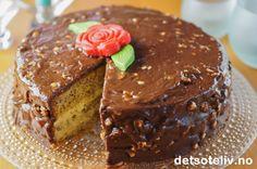 Dette er en deilig og populær sjokoladekake fylt med vaniljekrem og dekket med en usedvanlig god glasur laget på Firkløversjokolade. Pudding Desserts, Let Them Eat Cake, Scones, Granola, Muffin, Food And Drink, Favorite Recipes, Sweets, Baking