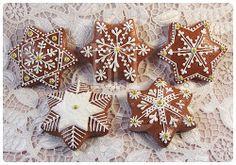 jengibre_001 Snowflake Cookies, Holiday Cookies, Christmas Themes, Christmas Decorations, Christmas Ornaments, Hungarian Cookies, Biscuits, Food Fantasy, Ginger Cookies