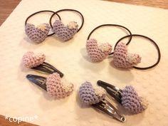 「ハートモチーフのヘアアクセサリー」ハートのモチーフでヘアアクセサリーを作りました。 ハートはラメ入りの糸で、ワンポイントにレース糸の小花をつけてみました。[材料]毛糸 /レース糸/わた/ヘアピンまたはヘアゴム Crochet Hair Clips, Crochet Bows, Crochet Hair Styles, Cute Crochet, Beautiful Crochet, Crochet Crafts, Crochet For Kids, Crochet Flowers, Crochet Earrings