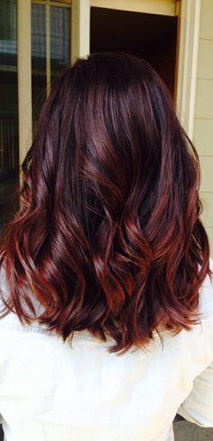 Haare rot färben, verschiedene Rottöne, dunkelrote Haare mit Locken, weißes Hemd