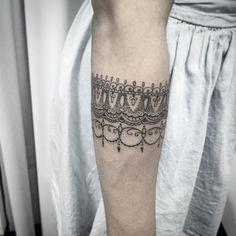 Valeu Renata , veio d Londres a passeio e me deu a oportunidade de fazer uma tattoo bacana !!! Obrigado pela confiança!! Contato 27 999805879 com @bruno_a_luppi #kadutattoo #tat #tattoo #tattooed #tatuagem #tatuagemfrase #tatuagemfeminina #tatuagensfemininas #inspirariontatoo #inked #indian #arabescos #ornamentais #fineline #blackink #blackwork #dotwork