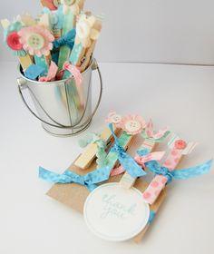 Lindas pinzas decoradas con flores de papel y mariposas