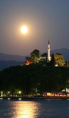 Old Town in Ioannina, Greece Beautiful Moon, Beautiful World, Beautiful Places, Great Places, Places To See, Myconos, Espanto, Greek Islands, Greece Travel