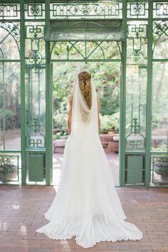 #veil, #back-drape-veil  Photography: Stacy Bauer - stacybauerphotography.com Veil: Love Veils - loveveils.com/