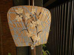 アーチを描くカヤの中で楚々と咲くカワラナデシコ。夏らしい景色を描きました。うちわ(仙扇)は軽くてしなりますので勢いのある風がきます。アクリルガッシュで描いた原...|ハンドメイド、手作り、手仕事品の通販・販売・購入ならCreema。