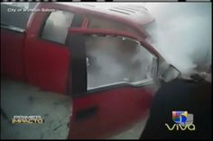 Conductores tratan de extinguir incendio de vehículo con hombre en su interior