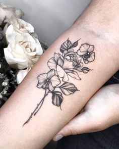Tatuagem no estilo fineline: Acompanhe 33 tatuadores e 99 projetos - Blog Tattoo2me Blackwork, Tattoos, Flowers, Blog, First Tattoo, Tattoo Small, Log Projects, Style, Tatuajes
