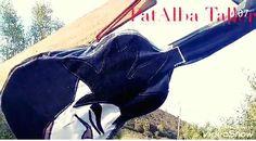 Forro de guitarra personalizado  hecho con retazos de mezclilla y la ilustración con trozos de tela...la correa de cuero roja reciclada ❤♻🙏🏻❣ . #patalbataller #artesanía #diseñoindependiente #diseñotextil #patchwork #ilustraciongoku #reciclaje #reutilización  #transformación #amableconelmedioambiente #hechoenmelipilla #hechoconcariño #hechoamano #handmade #melipilla #chile Chile, Darth Vader, Fictional Characters, Tela, Scrappy Quilts, Denim Scraps, Custom Guitars, Red Leather, Ropa Vieja