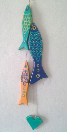 peces en madera pintados a mano Clay Fish, Ceramic Fish, Ceramic Art, Fish Crafts, Beach Crafts, Wood Crafts, Diy And Crafts, Arts And Crafts, Wood Fish