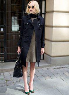シックなニットワンピースはカラーのパンプスを差し色に取り入れて。秋冬ファッションの参考にしたいワンピースコーデ♡