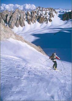 esta es una foto de una persona esquí en una montaña . esto se llama Las Leñas . este esta ubicado en Argentina .