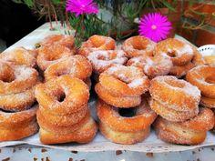 Las rosquillas son un dulce típico español de Semana Santa cuyo origen se remonta al antiguo imperio romano, época en la que la rece... Dessert Recipes, Desserts, Doughnut, Biscuits, Bakery, Good Food, Food And Drink, Sweets, Canela
