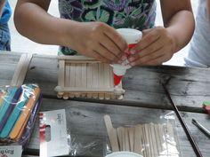 Schatkisten maken: Ga je mee op zoek naar de schat? Bewaar de munten in je eigen gemaakte schatkist! De schatkist wordt gemaakt van ijsstokjes. Je kunt kiezen tussen gekleurde ijsstokjes en blanke ijsstokjes. Na het in elkaar zetten kun je de schatkist ook nog mooi versieren met stempels, verf en kralen. Eerst lekker creatief aan de slag en daarna een spel spelen waarbij je munten kunt winnen om in je schatkist te stoppen.   •Geschikt voor 4 jaar en ouder •Prijs per kind: € 10,00