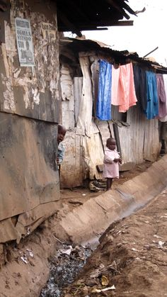 Kibera: Poor quality of life the people are experiencing due to their unfortunate situations. Paises Da Africa, Out Of Africa, East Africa, Poverty Photography, World Poverty, Kenya Travel, Poor Children, Slums, Nairobi