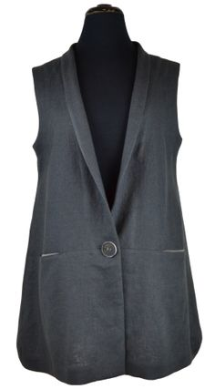 Die Weste ist eine A-förmig geschnittene Weste mit einem schmalen Schalkragen und Taschen in einer Quernaht.