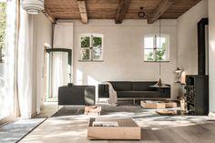 Traumhafter, heller Wohnbereich des alten Bauernhauses. Mit offener Holzdecke und viel warmer Ausstrahlung. Die ganze Story auf roomido.com #roomido #WELLE8